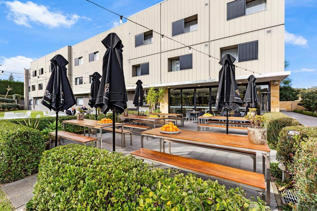 Hotel Exterior & Sandstone Cafe